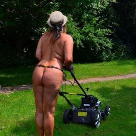 Nude garden-work